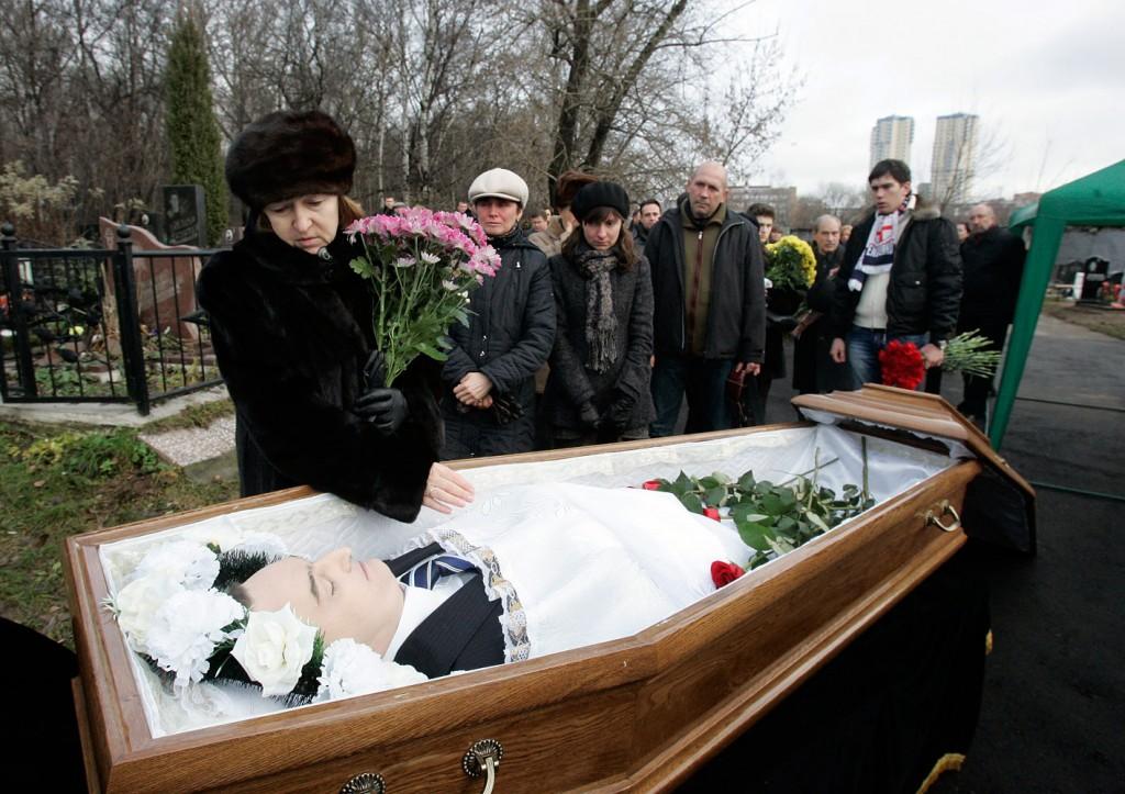 Nataliya Magnitskaya (L), Mutter von Sergei Magnitsky, trauert während seiner Beerdigung auf einem Friedhof in Moskau um den Körper ihres Sohnes