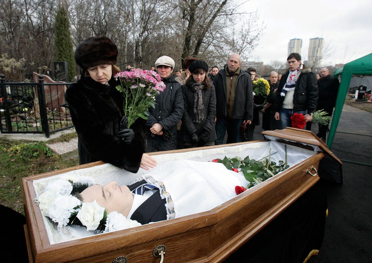 Nataliya Magnitskaya (L), mare de Sergei Magnitsky, pateix el cos del seu fill durant el seu funeral al cementiri de Moscou