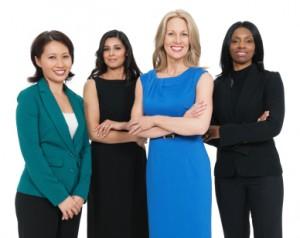 Hermosas mujeres de negocios multirraciales sonriendo