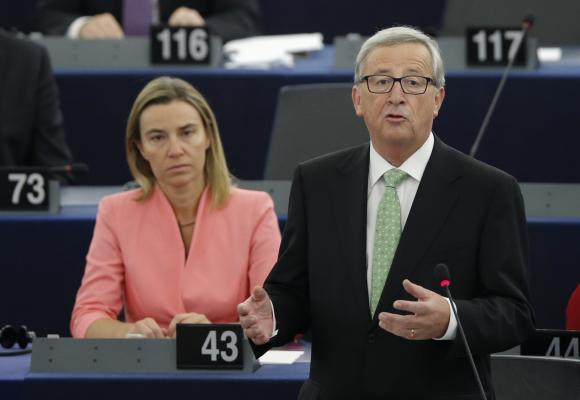 Jean-Claude Juncker, der neue Präsident der Europäischen Kommission, hält seine Rede bei der Präsentation des Kollegiums der Kommissare und ihres Programms während einer Plenarsitzung im EU-Parlament in Straßburg