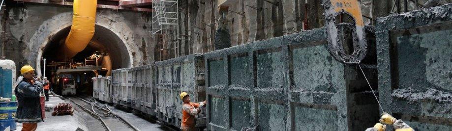 Rakennustyöläiset kuvastavat uuden metroaseman rakentamista Ateenaan.