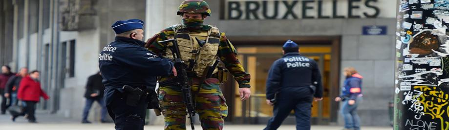 TOPSHOT - یک سرباز بلژیکی به یک افسر پلیس در خارج از ایستگاه مرکزی بروکسل سخن می گوید که مردم در گروه های کوچک ده اجازه برای رسیدن به ایستگاه به منظور قطار رفت و آمد خود را از حملات در بروکسل در ماه مارس 22، 2016 زیر است. خطوط هوایی صدها پرواز لغو و راه آهن اروپا پس از یک سری از بمب انفجار در اطراف مردم 35 در فرودگاه در شهرستان و یک قطار مترو به قتل رساندند با بروکسل مسدود، جرقه یک پاسخ امنیتی وسیع است. / خبرگزاری فرانسه / امانوئل دوناند (عکس باید تصاویر امانوئل دوناند / خبرگزاری فرانسه / گتی ایماژ خوانده شده)