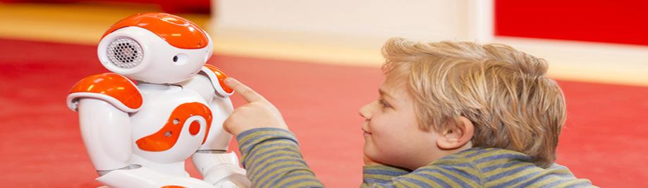 کودک بازی و یادگیری با ربات