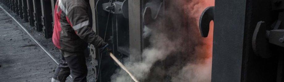 epa05807589 یک کارگر در واحد تولید نیروگاه های شیمیایی در شهرستان شرقی آودیفکا، منطقه دونتسک، اوکراین، 21 فوریه 2017 به کار گیرند. توپخانه سنگین و موشک مناطق مسکونی و صنعتی در پایان ژانویه 2017 میان یک انفجار جدید از مبارزه میان نیروهای دولتی و شورشیان جدایی طلب روسیه مورد حمایت قرار داده است و. جنگ آسیب دیده زیرساخت ها و ساکنان با قدرت و حرارت قطع در میان شرایط انجماد است. EPA / ولدیمیر پتروف