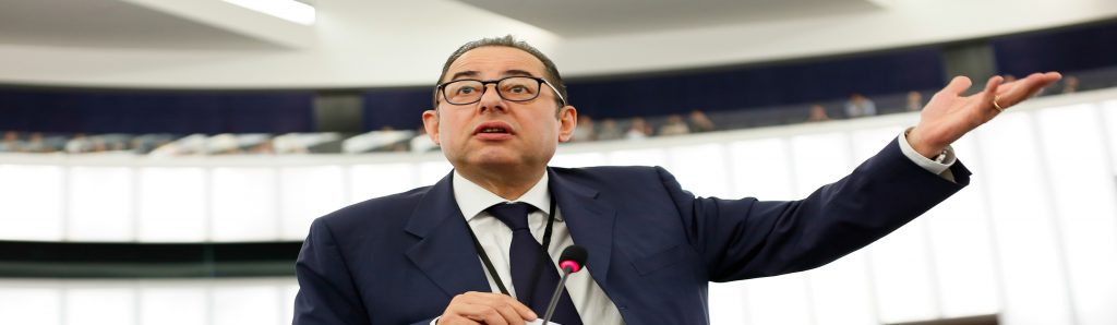 epa05350308 جیانی Pittella، رئیس اتحاد پیشرو از دموکرات ها و سوسیالیست در پارلمان اروپا، ارائه سخنرانی خود در مناظره مربوط به مهاجرت در پارلمان اروپا در استراسبورگ، فرانسه، 07 ژوئن 2016. EPA / MATHIEU کاگنوت